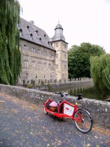 Roter Panther am 11.08.2013 vor Schloss Erwitte
